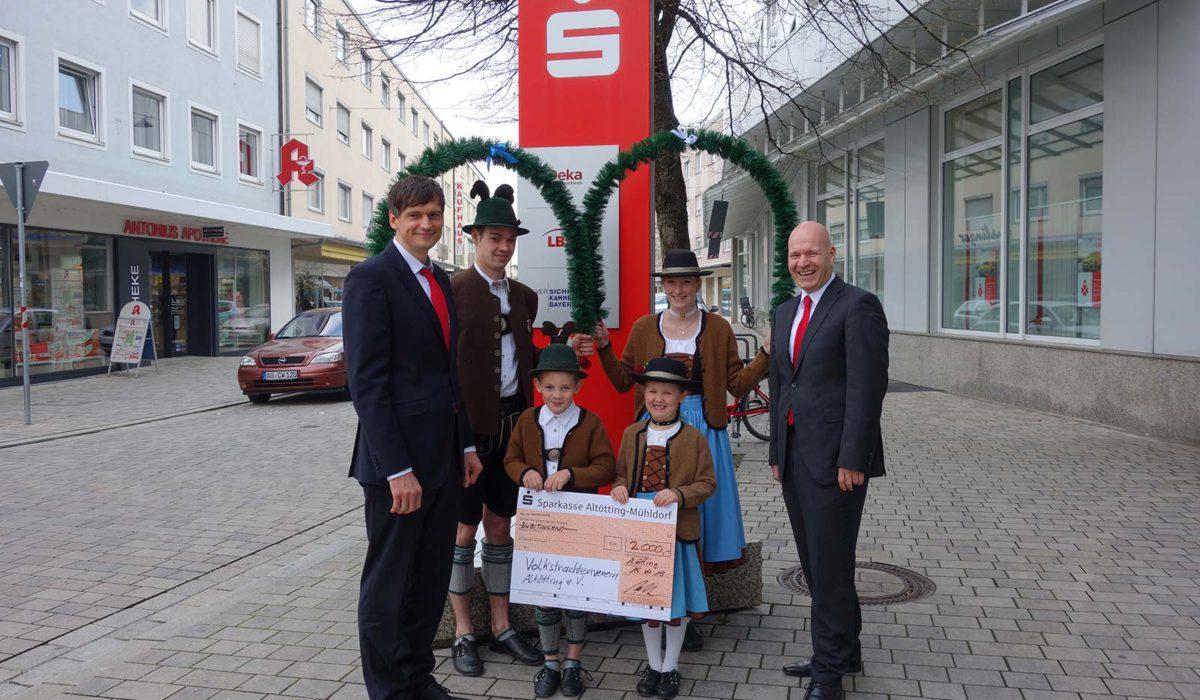 2000-Euro- Spende Der Sparkasse Altötting-Mühldorf (Foto: PNP)